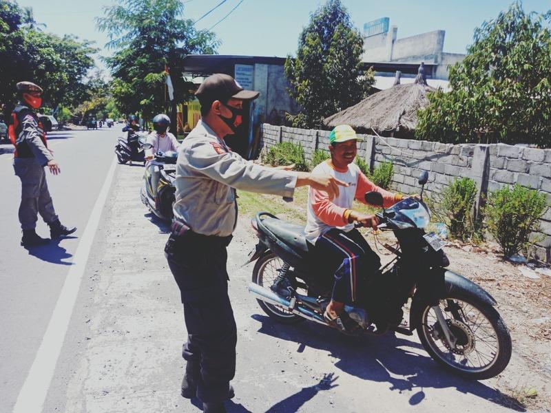 Tingkatkan Disiplin Prokes Kapolsek Wanasaba Tindak Pengendara Nakal Tropong Desa